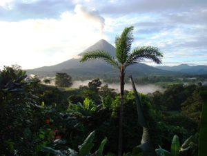 El volcán Arenal en un día soleado
