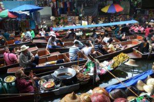 Comida callejera en el Mercado flotante de Talling Chan
